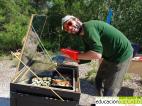 Raúl, vigilante ambiental, cocinando al sol.